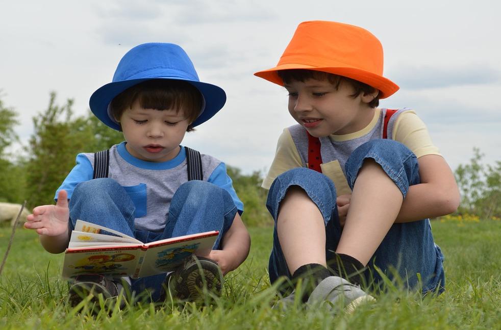 deux enfants avec livres